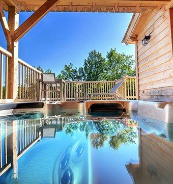 cabane sur l 39 eau cabane flottante libellule la cabane. Black Bedroom Furniture Sets. Home Design Ideas