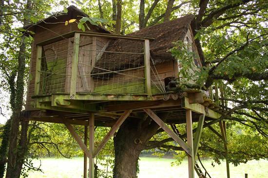 cabane dans les arbres la cabane sur pilotis heol la. Black Bedroom Furniture Sets. Home Design Ideas