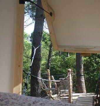cabane dans les arbres cabane perch e 2 2 3 pers la cabane en l 39 air. Black Bedroom Furniture Sets. Home Design Ideas